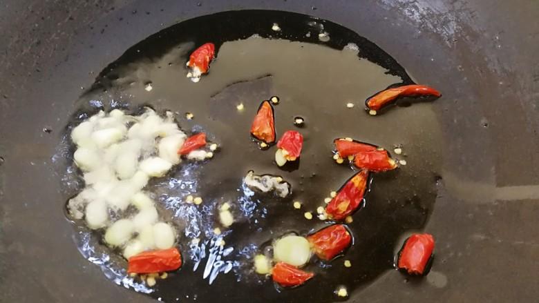 酸辣豆腐汤,锅里放油,烧到八分热,放入葱花和尖辣椒爆香