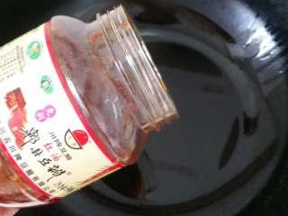 毛血旺,锅内放少量花生油,油微热放郫县豆瓣酱。