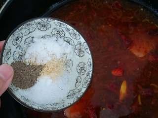 毛血旺,加盐,鸡精和黑胡椒粉。