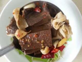 毛血旺,将所有的食材捞出,放在刚刚焯过水的芹菜和金针菇上。