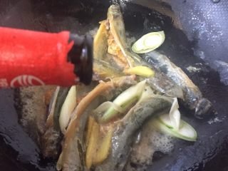 泥鳅炖豆腐,加入料酒