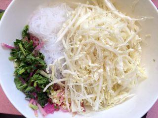 白菜拌粉丝,食材放入碗中