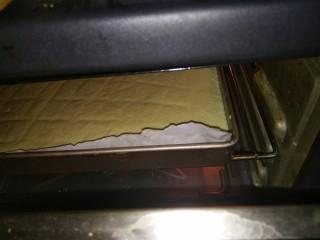 菠菜蛋糕卷,放进预热好的烤箱中层170度18分钟
