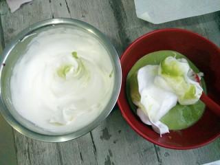 菠菜蛋糕卷,取少许蛋白与蛋黄糊混合拌匀