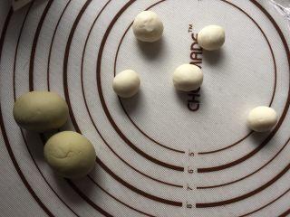 豌豆荚造型馒头,将面粉分别分成白色7g小剂子,绿色15g小剂子