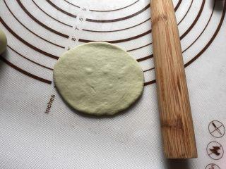 豌豆荚造型馒头,取绿色剂子,像擀饺子皮一样擀成圆形。