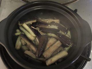肉末茄子煲,放入烧热的砂锅中盖上盖子,全程小火