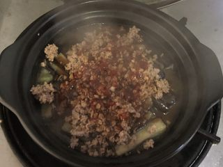 肉末茄子煲,浇入砂锅中,再次盖上盖子,中小火烧2分钟