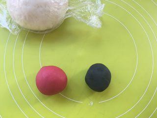 可爱的蓝精灵,取2小块白色面团,分别加入竹碳粉跟甜菜根粉揉成红色跟黑色,之后盖保鲜膜松弛,没有甜菜根粉用红曲粉也可以