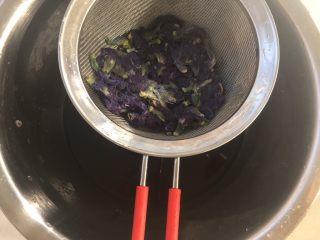 可爱的蓝精灵,之后过滤掉蝶豆花,最好挤压一下,将汁液都过滤出来,凉透备用