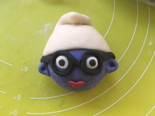 可爱的蓝精灵,蓝精灵有很多样式,也可以用黑色面团做个眼镜,还可以压出花朵黏在帽子上,做个可爱的小妹妹