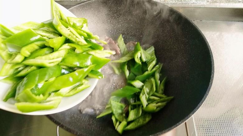 青椒牛柳,倒入切好的青椒翻炒