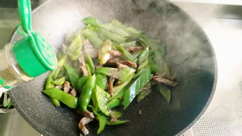 青椒牛柳,出锅前撒些黑胡椒粉拌匀即可