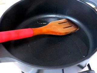 佐餐下酒菜【香卤鸡爪】,锅内倒油烧热