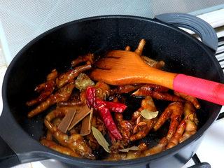 佐餐下酒菜【香卤鸡爪】,翻拌均匀后,加入八角、桂皮、香叶、干辣椒