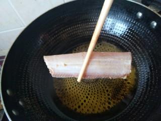 酒香煎带鱼,然后下入腌制好的带鱼。
