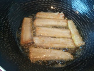 酒香煎带鱼,煎5分钟左右,用筷子翻面。