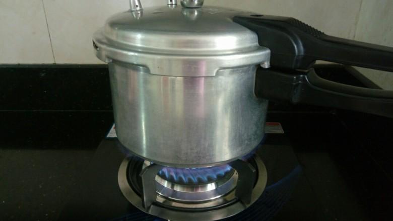 补气养血&红枣桂圆麻油鸡汤,盖好高压锅的盖子,拧紧锅盖,中火炖20分钟即可