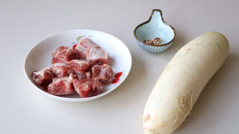 排骨炖白萝卜,准备所需食材;