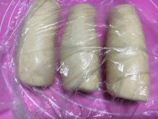奶酪系列之:奶油奶酪吐司,三个分别卷起来盖保鲜膜松弛15分钟