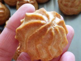 简单美味的泡芙,烤10~15分钟后,把温度调到180度继续烤30分钟,直至表面黄褐色即可。