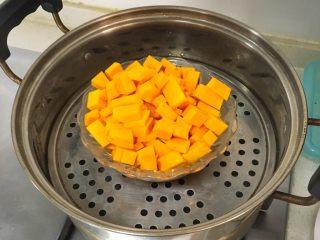 宝宝辅食12M➕:南瓜虾仁芝士吐司布丁,南瓜去皮切小块(切的块小一点容易熟)放上蒸锅大火蒸15-20分钟蒸熟