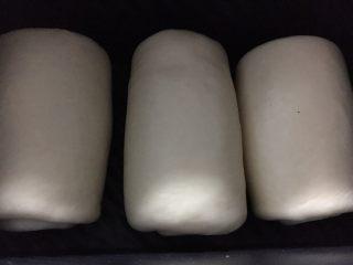 奶酪系列之:奶油奶酪吐司,分别卷起码在吐司盒里