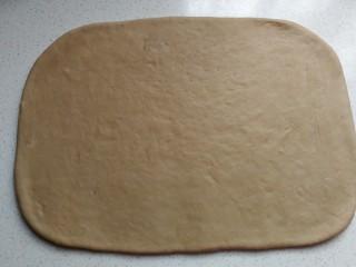 奥利奥面包卷,静置好的面团用擀面杖擀成厚约0.8厘米左右的长方形面片