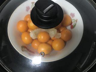 冰糖金桔,锅里放入水隔水蒸制