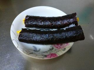 简单易学的寿司,用寿司帘将海苔卷起,压实备用。