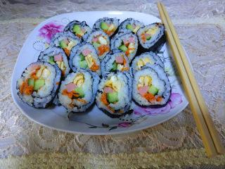 简单易学的寿司,用刀粘凉水后切寿司卷,美味的寿司卷就可以食用 了。