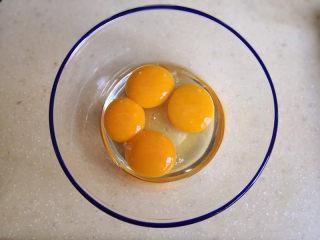 棉花蛋糕,3个蛋黄与1个全蛋混合装在干净无油的碗里,