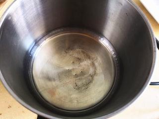 棉花蛋糕,玉米油倒入锅中加热,起纹路时关火