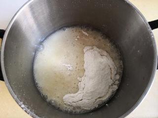 棉花蛋糕,倒入过筛的低筋面粉,迅速搅拌均匀,此时制作的是烫面,可以闻到面粉与油接触时的香味,这样做出的蛋糕才会像棉花一样柔软,
