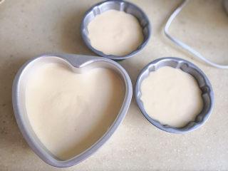 棉花蛋糕,将蛋糕糊倒入模具中,震动几下,震出大气泡,注意这是要水浴加热,所以最好用固底蛋糕模,如果用的是活底的,需要在外面包上锡纸,