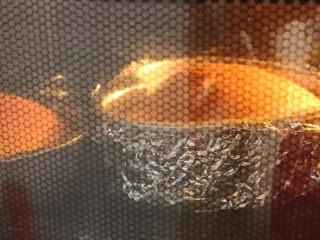 棉花蛋糕,烤箱预热,烤盘加入凉水放在中层偏上,预热10分钟以上,上下火,170度烤25分钟,再转150度烤20分钟左右。