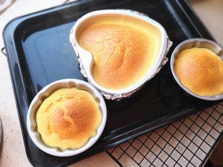 棉花蛋糕,烤好出炉震动几下,马上倒扣,凉透了再脱模食用。