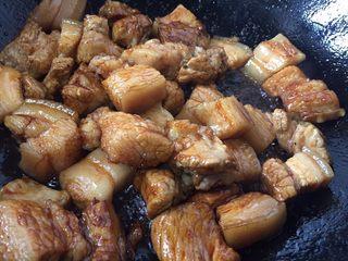 超级简单好吃的红烧肉,倒入五花肉翻炒均匀