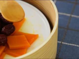春日里的一道健康食谱——蜜汁蒸南瓜,淋上调汁,美味出炉。