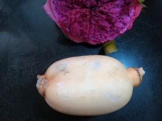 酸甜胭脂藕,莲藕一节,最好先用稍我嫩一点的深水藕,吃起来口感会像水果一样。