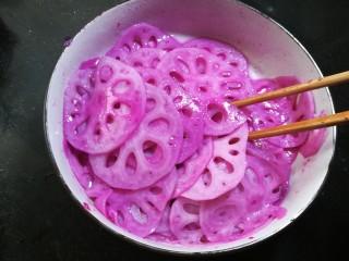 酸甜胭脂藕,充分拌匀后,稍等十分钟入味后就可以食用了。夏季可以盖上保鲜膜,放冰箱冷藏半小时再使用,更是冰爽可口。