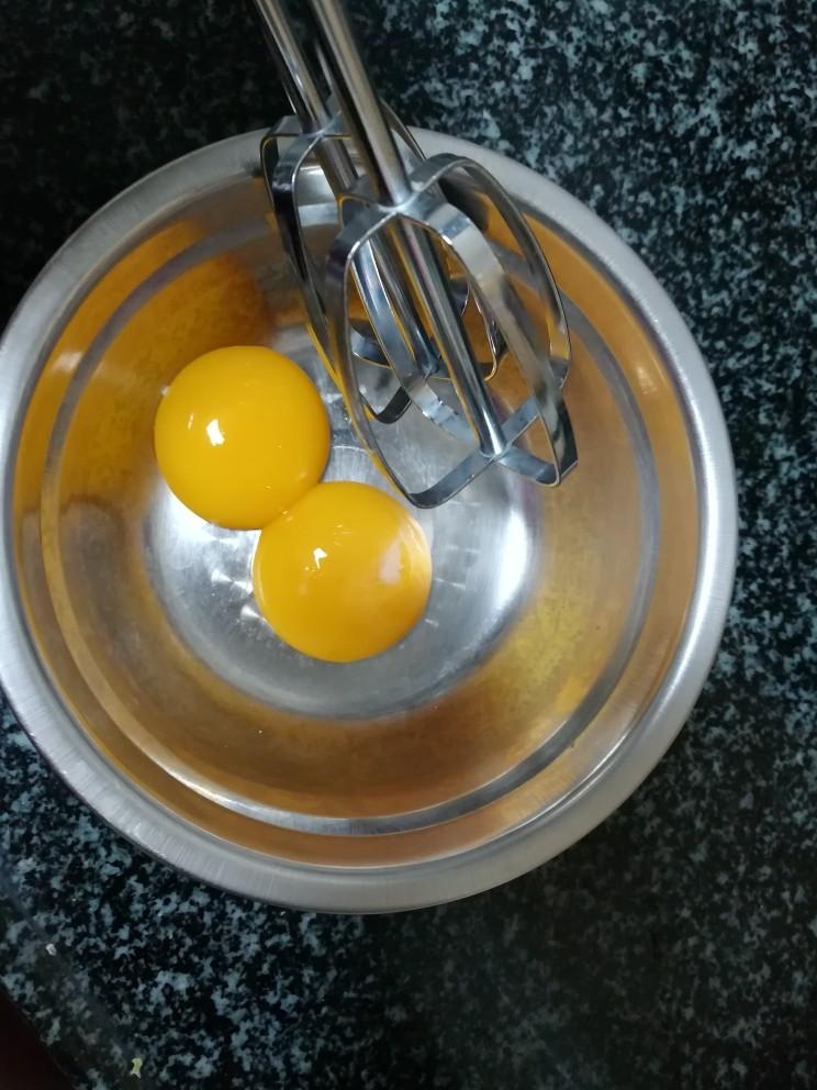 入口即化的榴莲饼,再来一次,两个蛋黄已经弄好,准备打蛋器打散蛋黄。