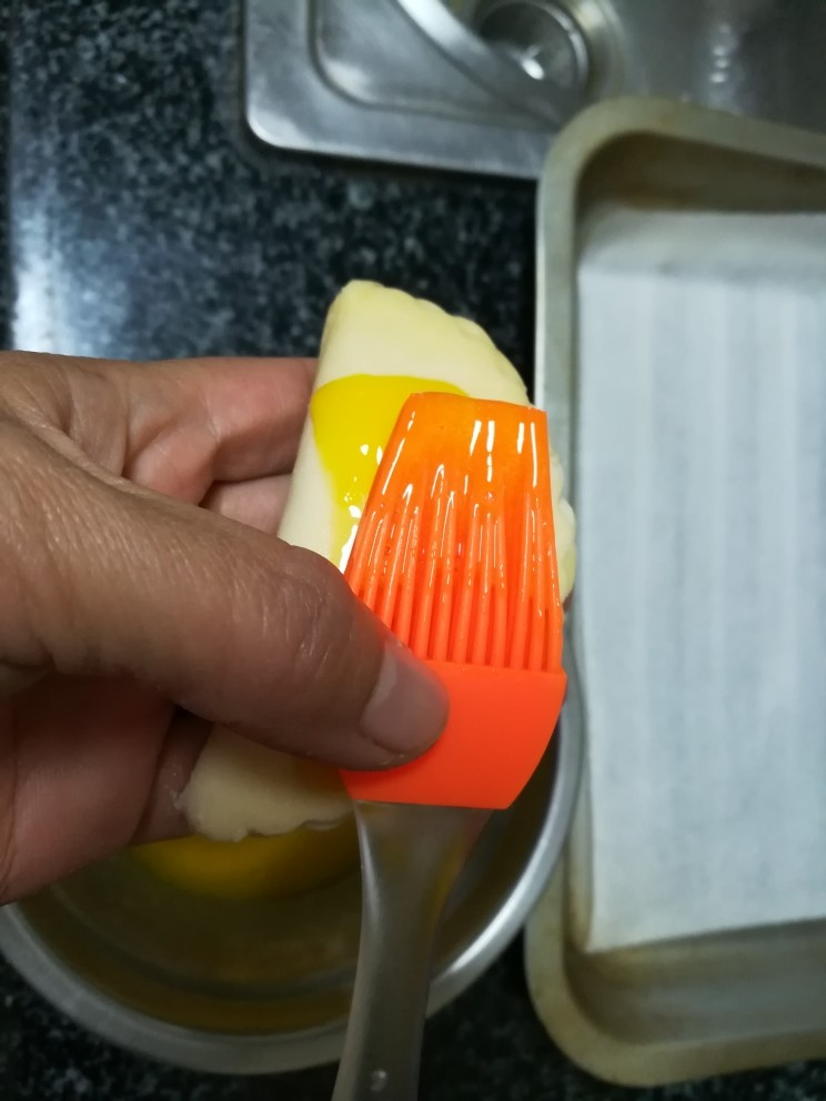 入口即化的榴莲饼,用硅胶刷刷蛋黄液