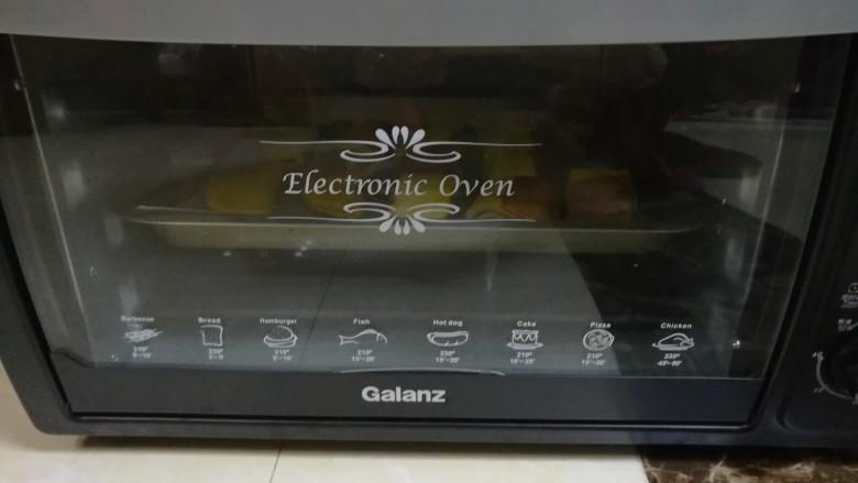 入口即化的榴莲饼,烤箱中火190度,烤16分钟。 个人的烤箱不太一样,温度自己把控哦。