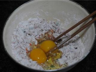 虾饼,加入鸡蛋,拌成糊糊