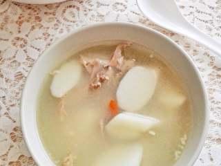 山药鸭架汤,加入白胡椒粉和盐调味就可以喝了。