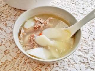山药鸭架汤,鸭肉都很烂了。
