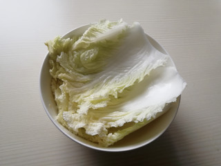 蚝油白菜,将白菜叶掰开,放在水中冲洗干净