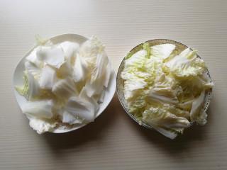 蚝油白菜,将白菜片成片,白菜叶和白菜帮分开放