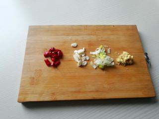 蚝油白菜,将干辣椒切成段,辣椒籽不用,葱切葱花,姜切末,大蒜切片